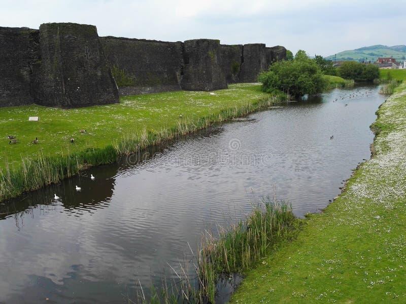 Река около замка стоковые изображения