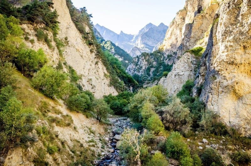 Река пропуская от верхних частей гор Chegem стоковое фото