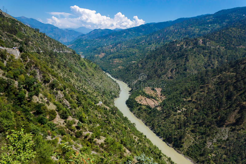 Река пропуская, долина горы стоковое фото rf