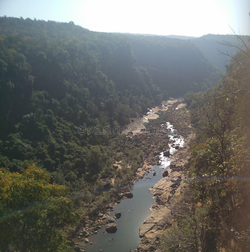 Река пропуская через холмы стоковое изображение rf