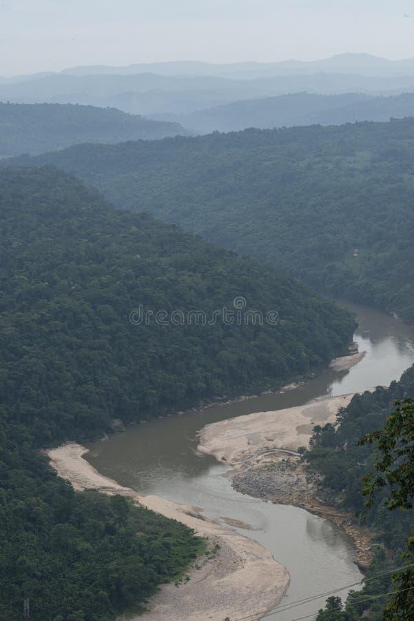 Река пропуская через холмы Garo, Meghalaya Karwani, Индия стоковые фотографии rf