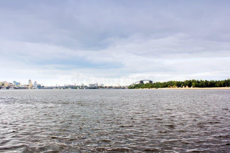 Река против неба в городе стоковое изображение