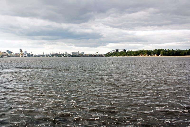 Река против неба в городе стоковые фото