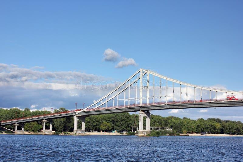 Река против неба в городе стоковое изображение rf