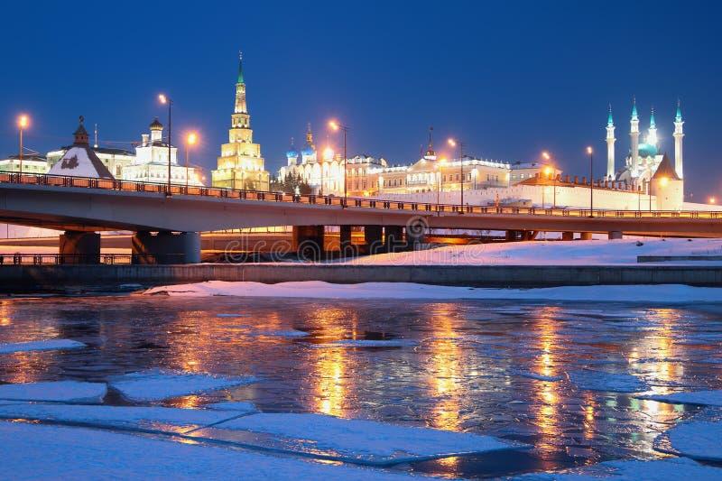 Река, платформа и Кремль kazan Россия стоковое изображение rf