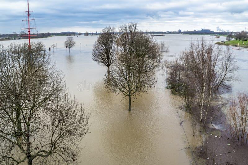 Река Рейн затопляет город Дуйсбурга стоковое фото rf