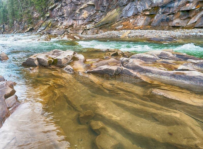 река Россия alatay двойной радуги горы быстрое стоковые изображения rf