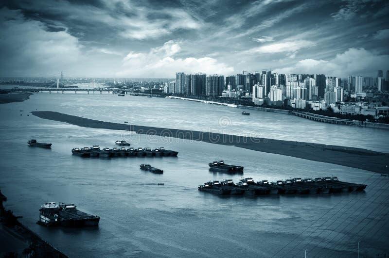 Download Река рядом с городом стоковое изображение. изображение насчитывающей barf - 37930019