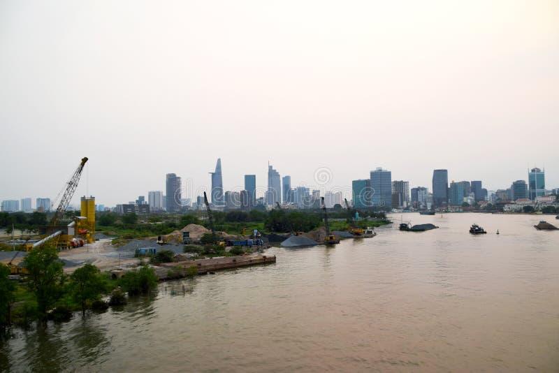 Река Сайгон и строительная площадка перед горизонтом Хошимина стоковые фото