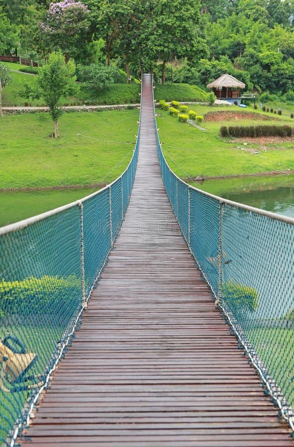 Река скрещивания висячего моста веревочки приключения деревянное стоковое фото rf
