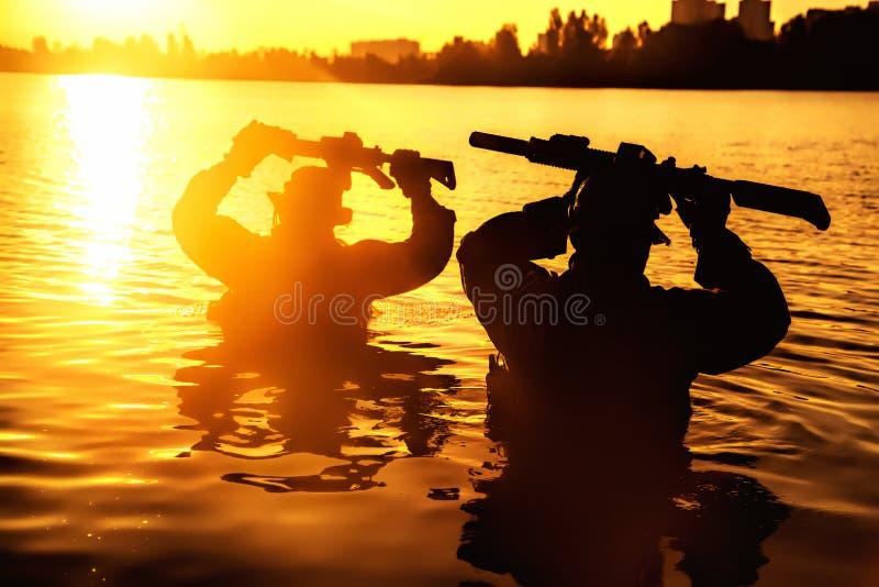 Река скрещивания в джунглях стоковая фотография