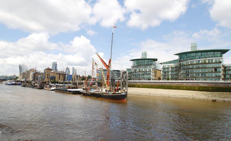 Река Темза на Wapping, доках St Katharine, киновари Whaf, береге реки Wapping и набережной President's стоковая фотография rf