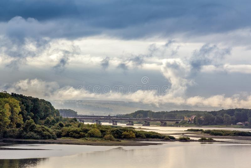 Река Тома и мост соединяя централь и Кузнецк стоковые изображения rf