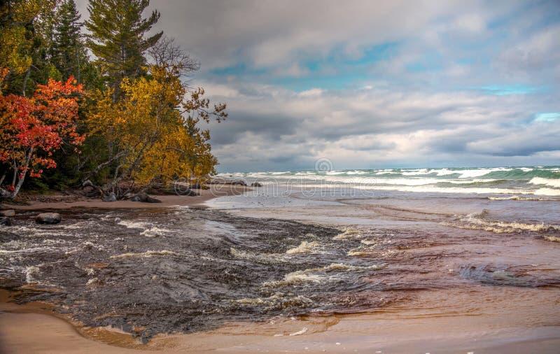 Река урагана встречает озеро Suoerior стоковая фотография rf