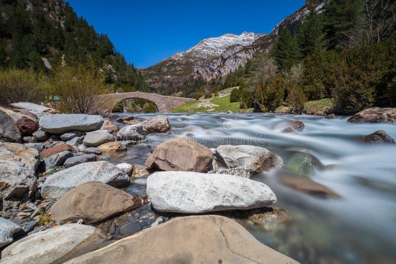 Река & утесы долины Bujaruelo стоковое фото