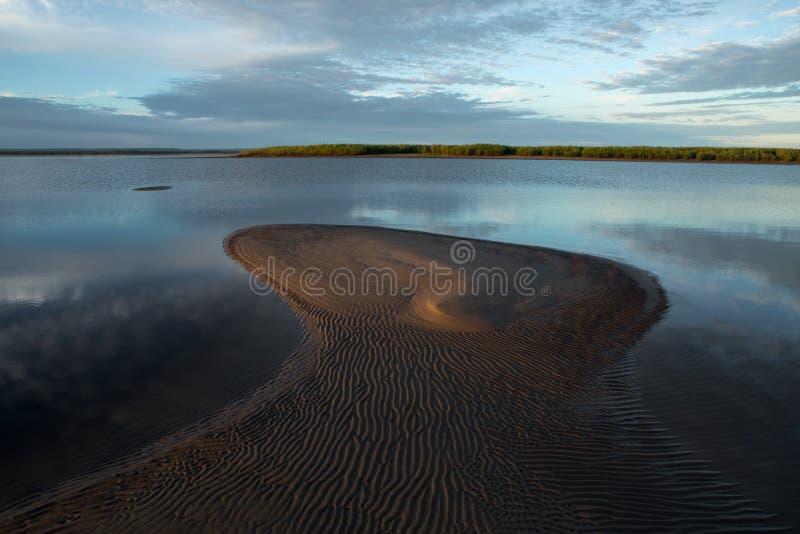 Река утра спокойное и аллювий песка стоковое фото