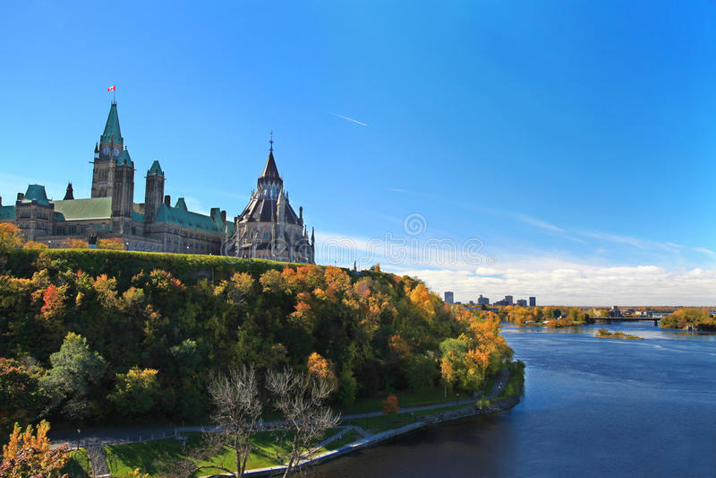Река холма парламента обозревая в Оттава стоковые фотографии rf