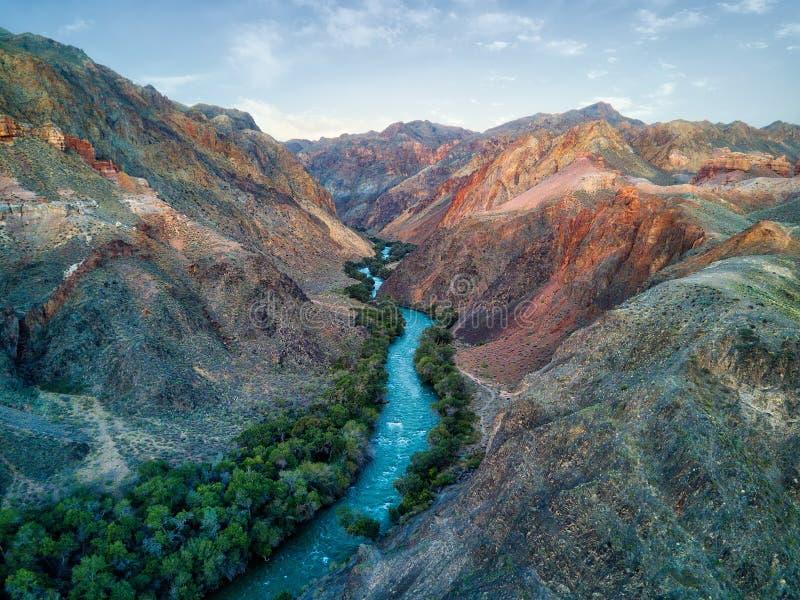 Река через каньон Charyn в юго-восточном Казахстане принятом в Au стоковые фотографии rf