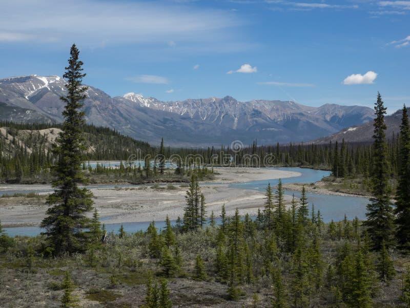 Река через долину горы стоковое фото