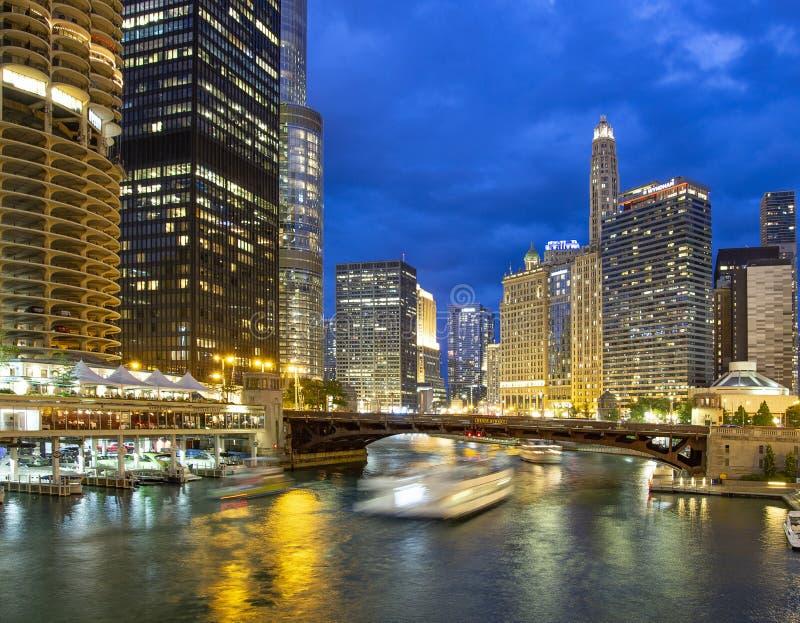 Река Чикаго и небоскребы на сумерках стоковое изображение rf