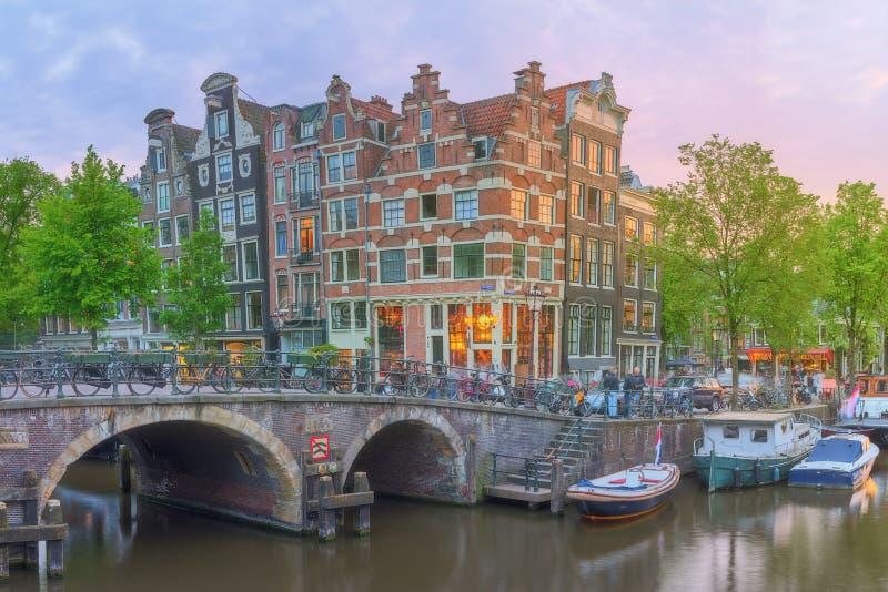 Река Amstel, каналы и взгляд ночи красивого города Амстердама Нидерланды стоковое фото rf