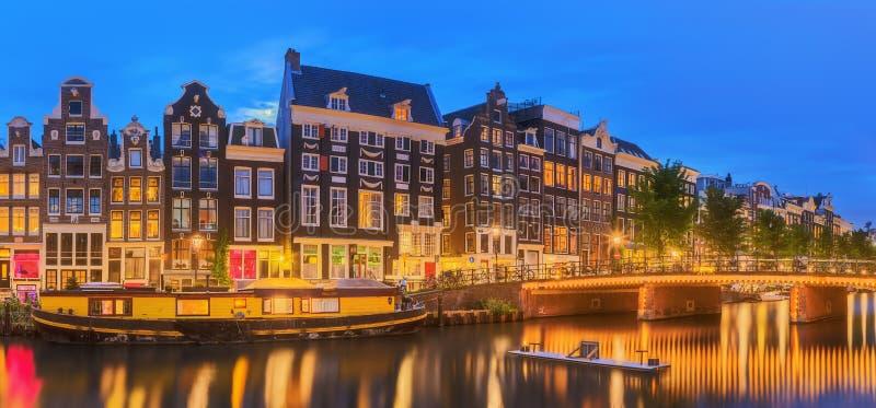 Река Amstel, каналы и взгляд ночи красивого города Амстердама Нидерланды стоковые фото