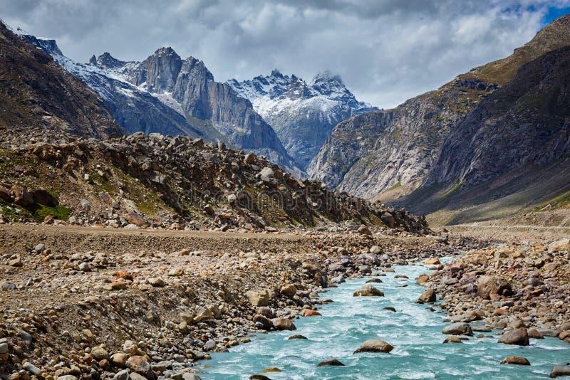 Река Chandra в долине Lahaul в Гималаях стоковые фотографии rf