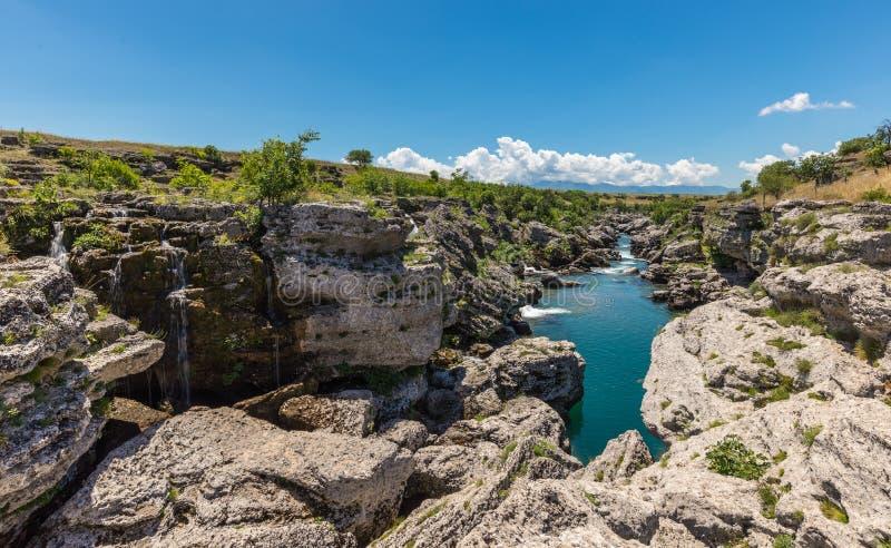 Река Cijevna пропускает между утесами стоковые фото