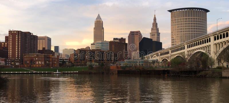 Река Cuyahoga горизонта города Кливленда Огайо городское стоковые изображения