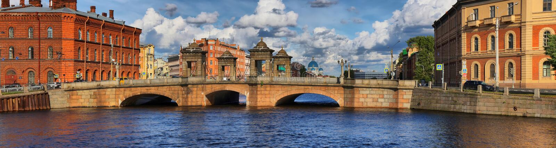 Река Fontanka и мост Staro-Kalinkin в Санкт-Петербурге стоковое изображение rf