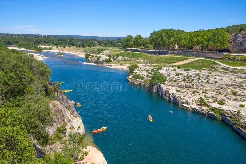 Река Gardon на Pont du Гаре, части римского мост-водовода в южной Франции около Nimes стоковая фотография rf