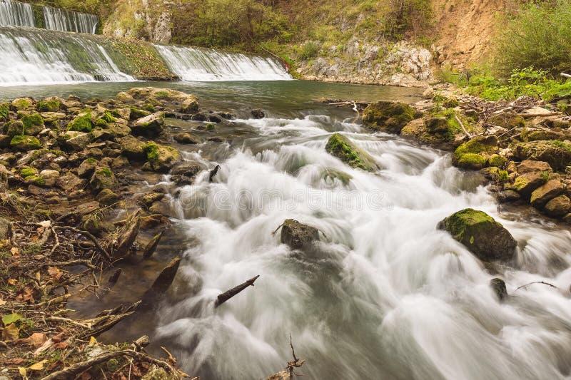 Река Gradac с водопадами в предпосылке стоковая фотография