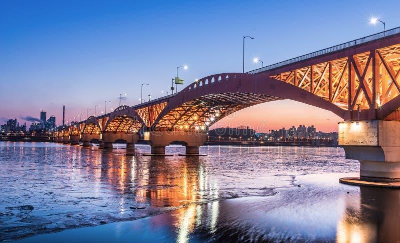 Река Han с мостом Seongsan на ноче в Сеуле, Корее/Seongsan стоковые фотографии rf