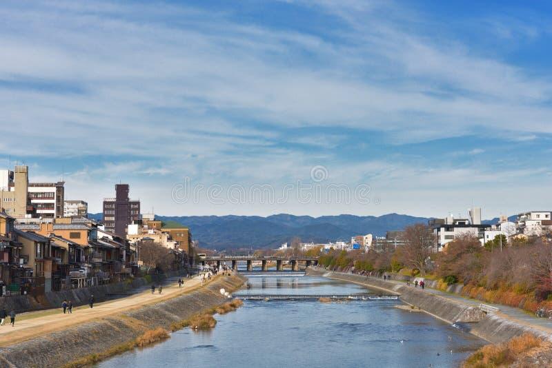 Река Kamo от моста Киото Японии Shijo стоковое фото rf