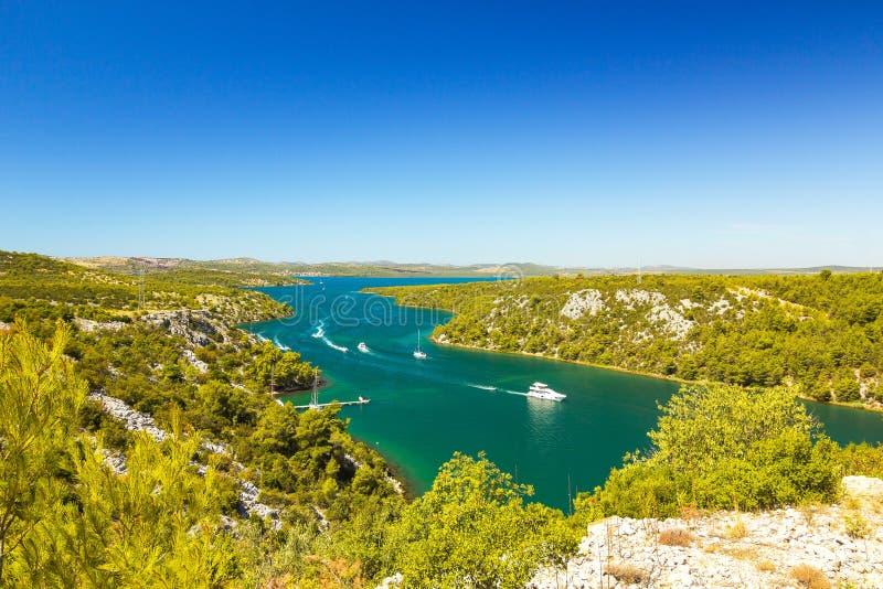 Река Krka, около города Skradin в Хорватии Парусники плавая на реке стоковое фото rf