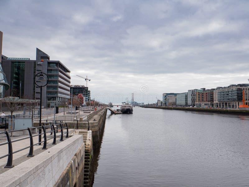 Река Liffey от моста Сэмюэла Беккета к докам Дублина и печным трубам Poolbeg стоковое фото rf