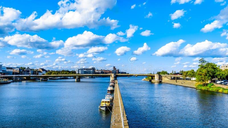 Река Meuse по мере того как она пропускает через исторический город Маастрихта в Нидерланд стоковые фото