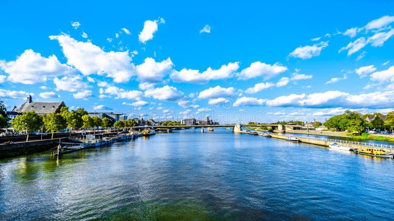 Река Meuse по мере того как она пропускает через исторический город Маастрихта в Нидерланд стоковое изображение