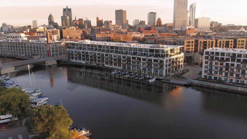 Река Milwaukee в центре города, районах гавани Milwaukee, Висконсина, Соединенных Штатов Недвижимость, кондо в центре города вид  стоковые фото