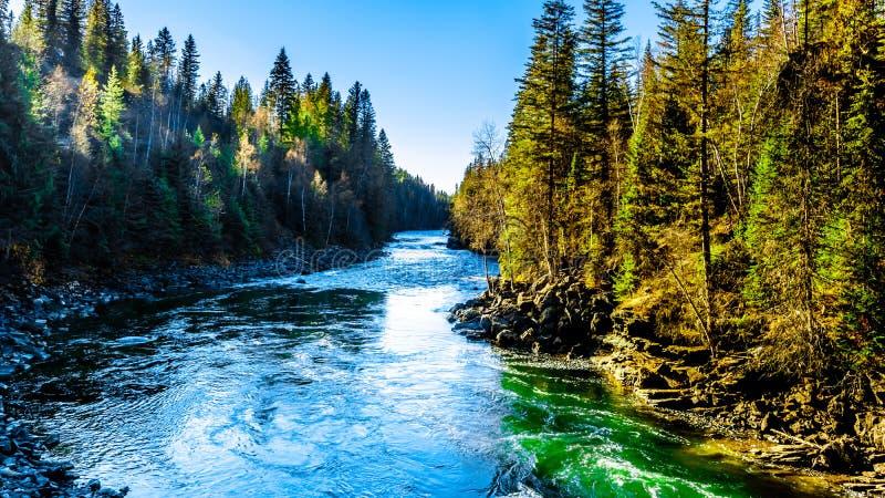 Река Murtle пропуская к падениям водоворота в горах Cariboo парка серого цвета Wells захолустного, ДО РОЖДЕСТВА ХРИСТОВА стоковые фотографии rf