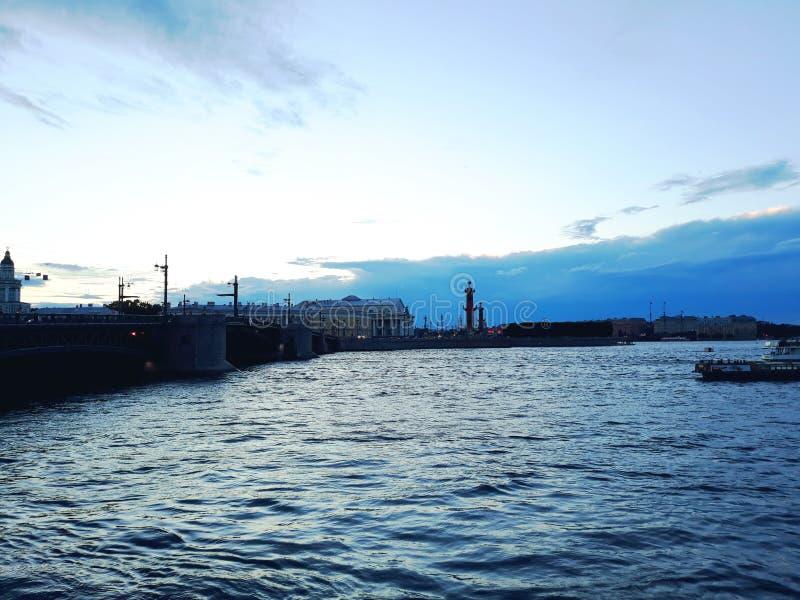 Река Neva и вертел острова Vasilievsky в вечере стоковое фото