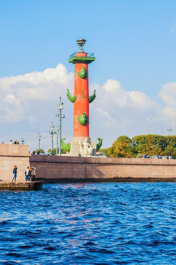 Река Neva и ориентир ориентир Санкт-Петербурга острова Vasilievsky плюют rostral столбец в Санкт-Петербурге, России в славной пог стоковая фотография rf