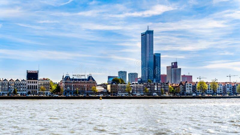 Река Nieuwe Maas с современными шаберами неба около исторических домов на береге Noordereiland в центре Роттердама стоковое фото