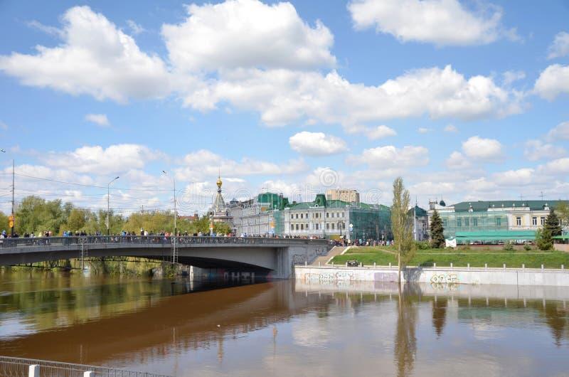 Река Om весной, город Омска, Сибиря, России стоковая фотография rf
