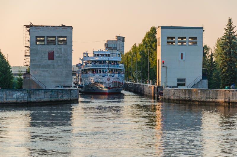 Река Sheksna, Россия - 07 19 2018: Пропуски столиц туристического судна 2 пассажира через ворот шлюза на Sheksna стоковое изображение rf
