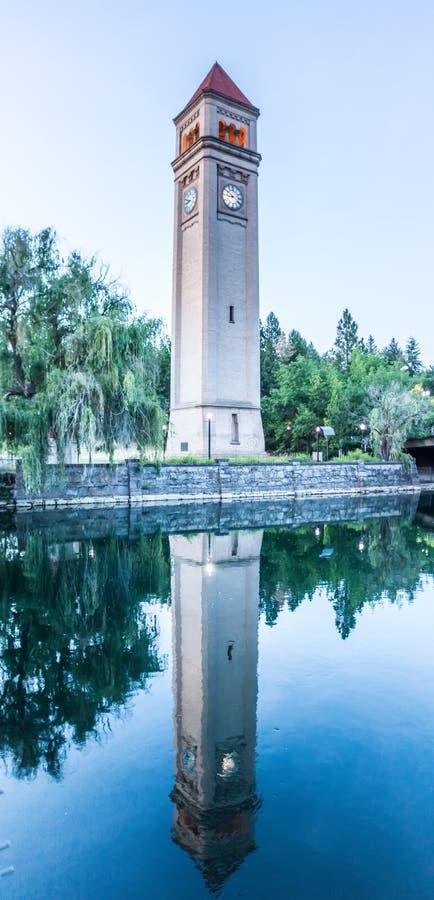 Река Spokane в парке берега реки с башней с часами стоковая фотография rf