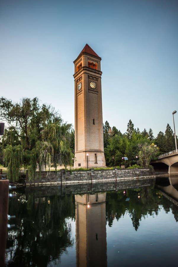 Река Spokane в парке берега реки с башней с часами стоковые фотографии rf