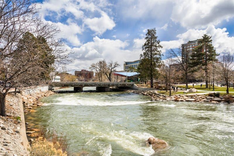 Река Truckee пропуская через городской Reno, Неваду стоковое изображение