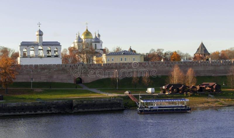 Река Volkhov и панорамный вид Кремля, Veliky Новгород стоковое фото
