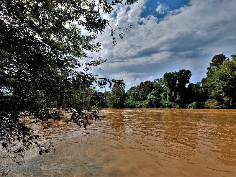 Река Yadkin около Уинстон-Сейлем, Северной Каролины стоковые изображения